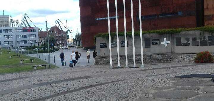 Na masztach obok Pomnika zawisły flagi